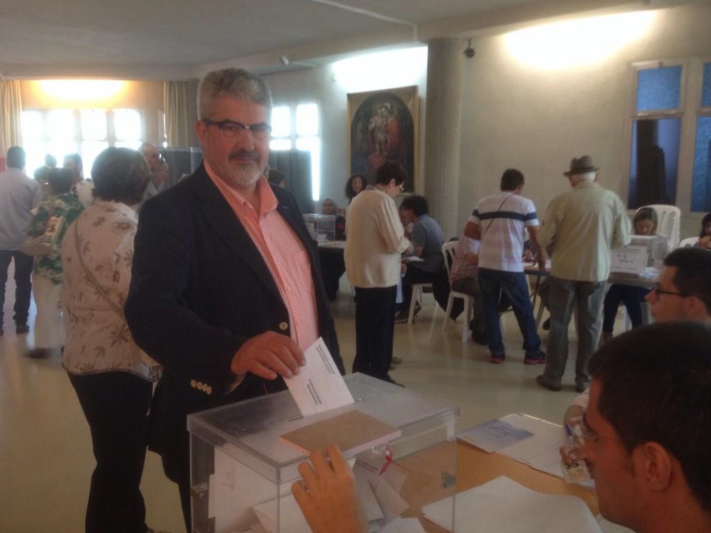 Josep Maria Roigé, alcalde de Balaguer i candidat per CiU, exercint el seu vot (Autor: Josep Blanch)