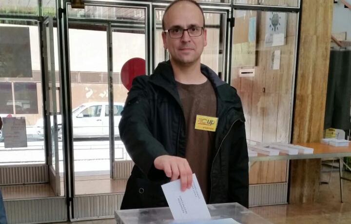 Carles Mateu de la CUP-PC exercint els eu vot (Autor: M. Àngel Daviu)