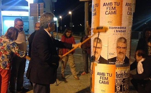 Josep Maria Roigé, alcalde de Balaguer i candidat per CiU, enganxant cartells (autor: CiU Balaguer)