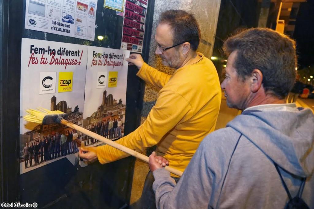 Membres de la CUP -PC enganxant cartells (Autor: CUP Balaguer)