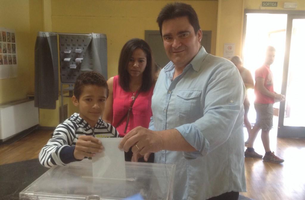 Joan Pla, cap de llista per 'Ara Sí' exercint el seu vot al Parador (Autor: Josep Blanch)