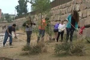 Els participants del camp de treball internacional arreglen els desperfectes de l'aigua als marges del riu Segre