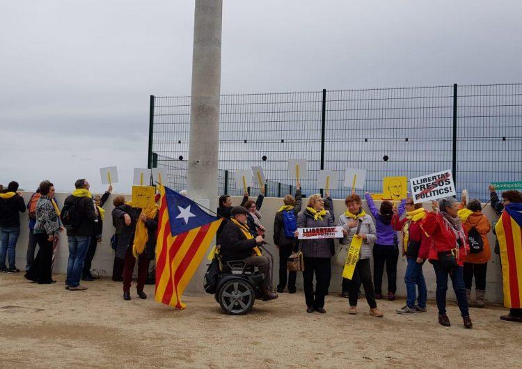 Balaguerins canten a Forcadell a la presó de Mas d'Enric del Catllar