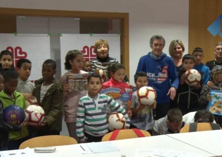 Els infants de Càritas de Balaguer reben els regals de l'Arbre dels Somnis