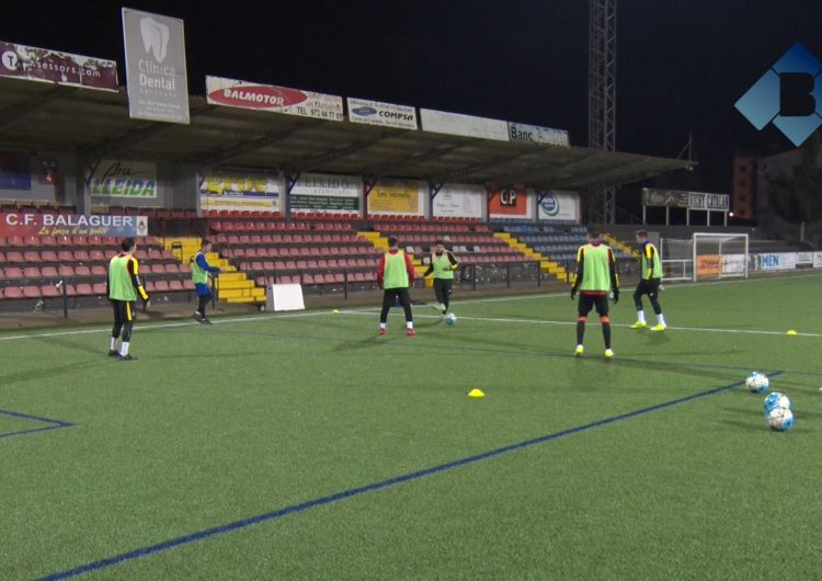 Els jugadors del CF Balaguer intenten allunyar-se dels problemes i donar-ho tot al camp