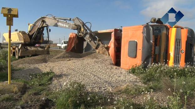 Ferit lleu el conductor d'un camió en bolcar a la C-13 a Vallfogona de Balaguer