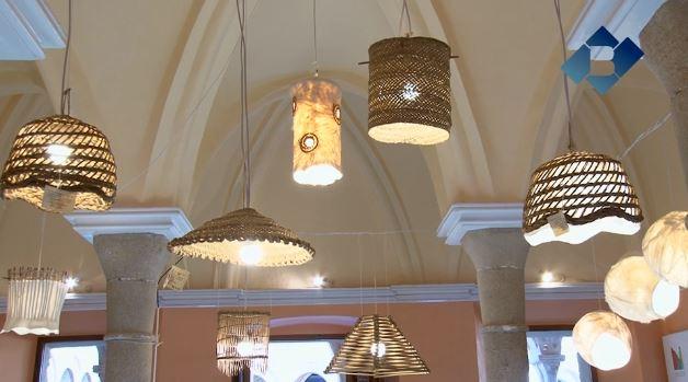 Exposició de llums i làmpades per posar en valor l'artesania