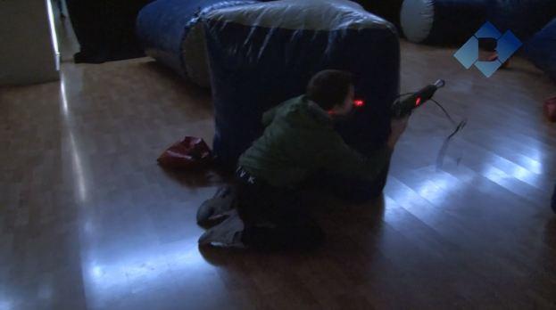 Simulació d'un combat amb pistoles làser per a joves