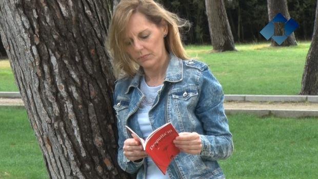 Neus Gili publica el seu primer poemari, 'Despulla'm a versos'