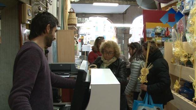 Els artesans balaguerins en plena campanya d'elaboració i venda de palmes i palmons