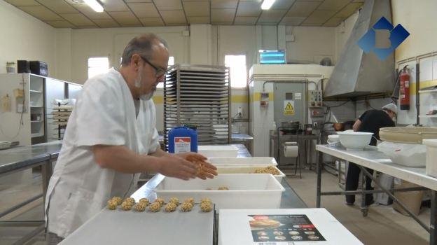 Els forners balaguerins en plena producció i venda de panellets