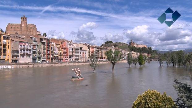 El riu Segre al seu pas per Balaguer baixa amb un cabal de 325 m3/s i una alçada de 2,77 metres