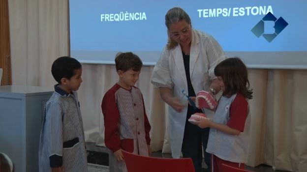 Alumnes de l'Escola Vedruna participen al taller 'Dents fortes i sanes' impartit per la Clínica Dental Balaguer