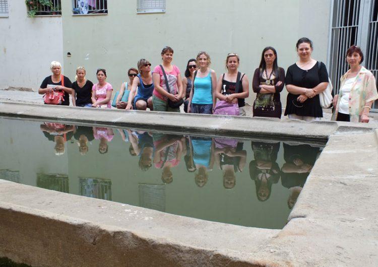Dones del projecte Frida coneixien el centre històric de Balaguer