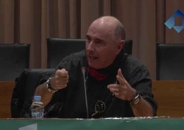 Lluís Llach omple la sala d'actes de l'Ajuntament