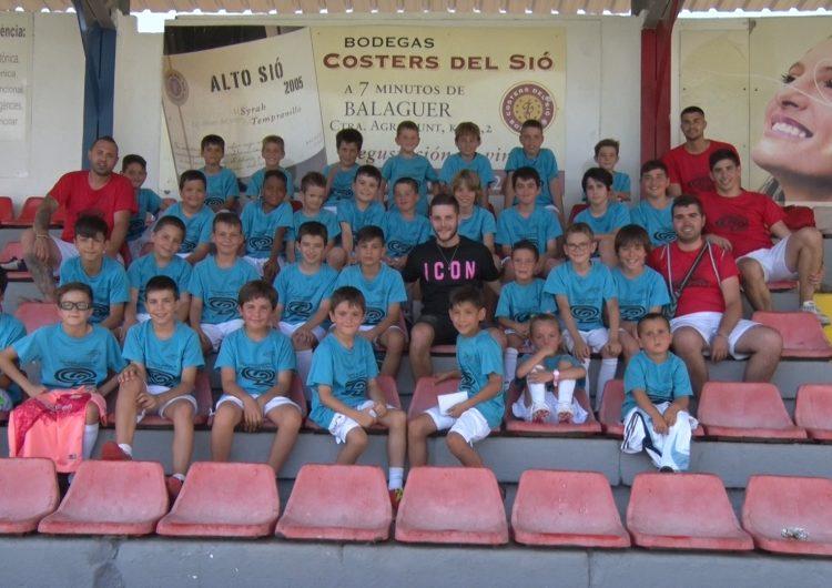 El jugador del CF Villareal, Miguel Llambrich, visita el campus del CF Balaguer