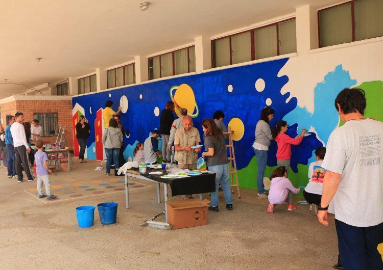 Gran participació de les famílies en la millora del pati de Gaspar de Portolà