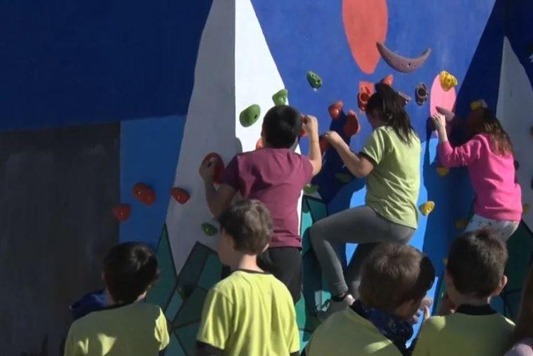 L'Escola Mont-roig de Balaguer estrena l'espai del rocòdrom