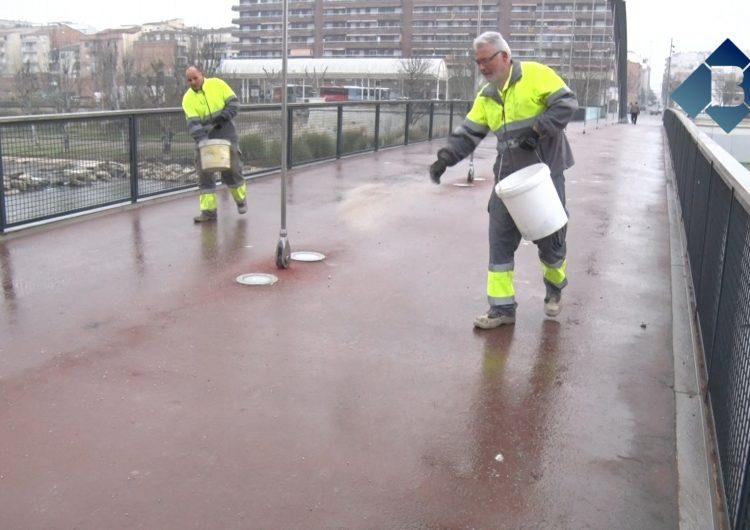 L'Ajuntament de Balaguer escampa sal als carrers per evitar la formació de gel amb les baixes temperatures