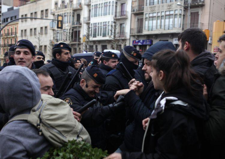 Tensió entre la policia i els manifestants a la porta del Museu de Lleida pel trasllat de les obres d'art a Sixena