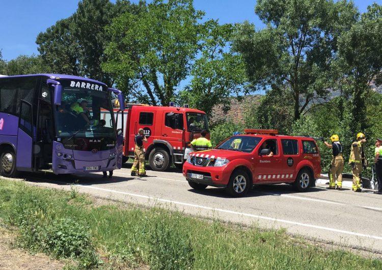 Accident a Camarasa entre un autobús i un turisme