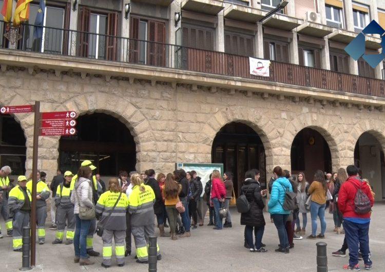 Concentració davant de l'Ajuntament de Balaguer en motiu de la vaga feminista
