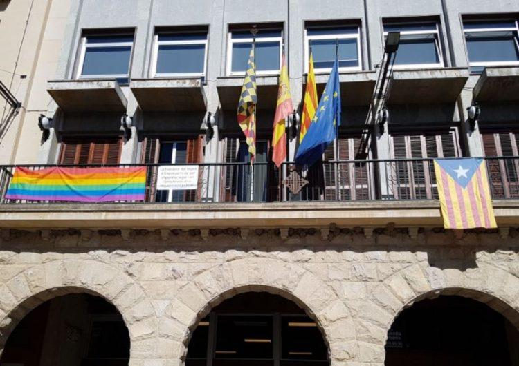 L'Ajuntament de Balaguer hissa la bandera irisada en motiu del Dia Internacional de l'orgull LGTBI