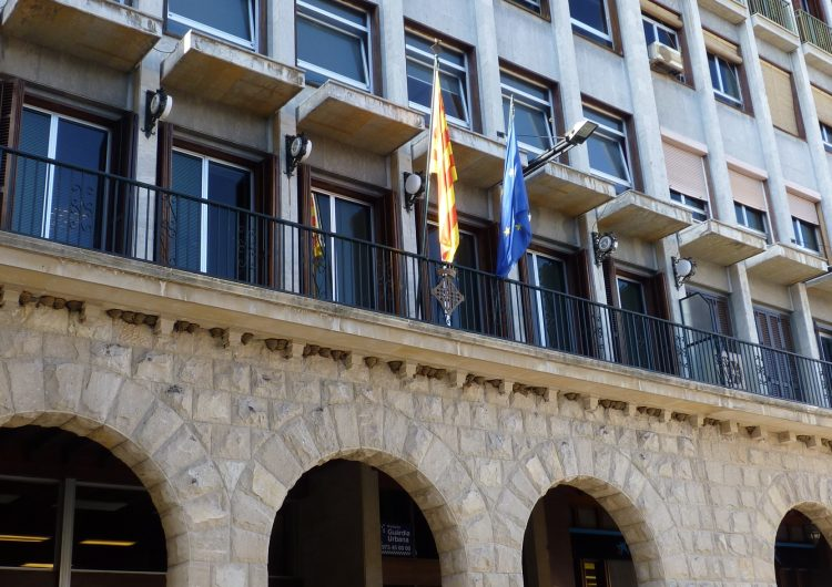 Les banderes catalana i europea onegen juntes al balcó de l'ajuntament de Balaguer
