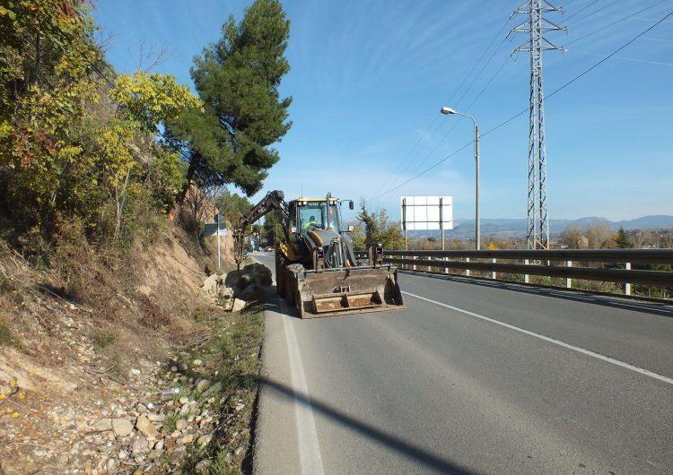 Pas alternatiu a la C-12 a la sortida de Balaguer pel despreniment d'una roca
