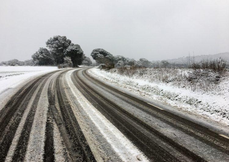 El temporal de neu i gel ja afecta gairebé una setantena de carreteres i en més de quaranta són necessàries les cadenes