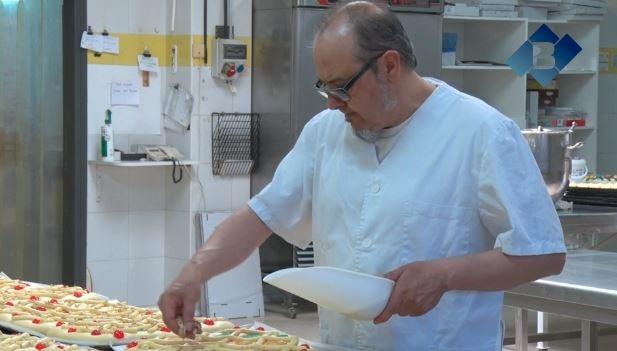 Últimes fornades de les tradicionals coques de Sant Joan amb bona previsió de vendes