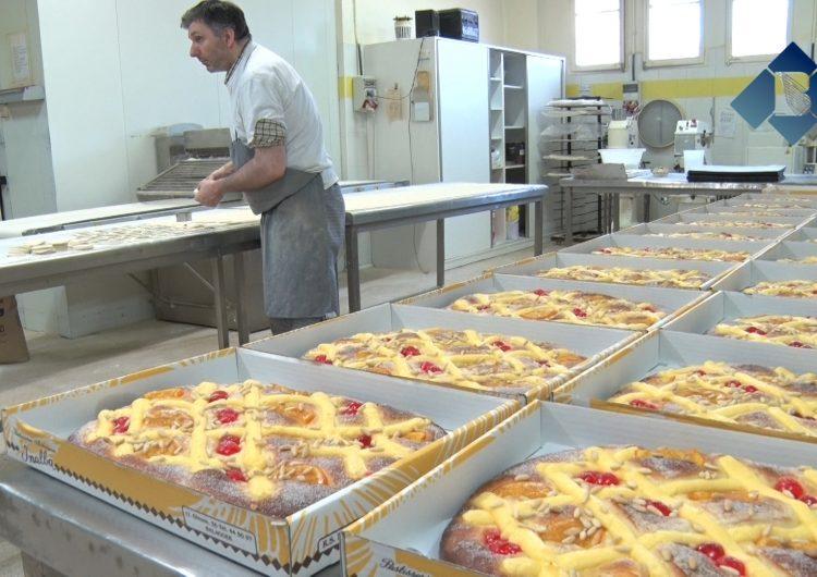 Els forners balaguerins preparen les coques de Sant Pere