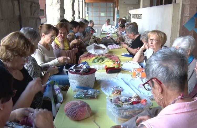 L'Associació de Dones d'Almatà celebra el Dia Internacional de Cosir i Teixir al Carrer