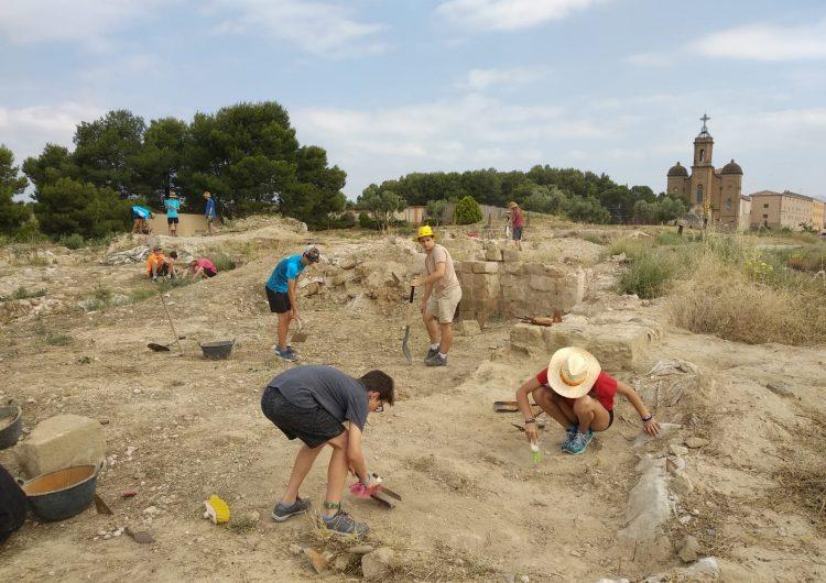 Vint joves participen al taller d'arqueologia 'Cota Zero' al Castell Formós