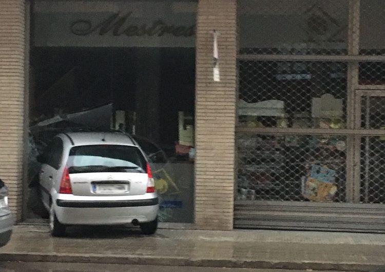 Un cotxe s'encasta contra una botiga de queviures de Balaguer
