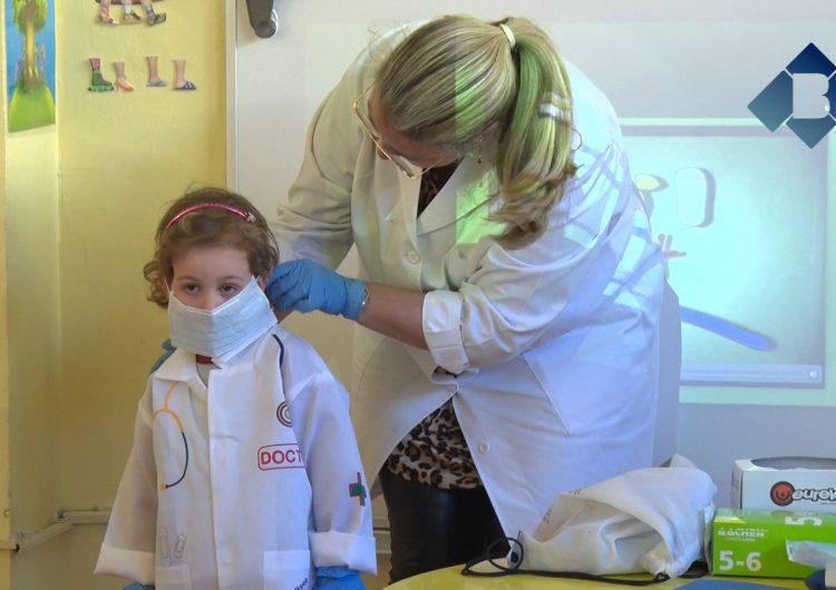 Els alumnes de l'Escola Vedruna aprenen l'ofici de dentista de la mà de la Doctora Núria Toledo