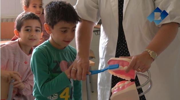 Taller 'Dents fortes i sanes' impartit per la Clínica Dental Balaguer a l'Escola Àngel Guimerà