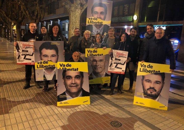Xavier Eritja, el candidat d'ERC al Congrés a Lleida, participa a l'enganxada de cartells a Balaguer