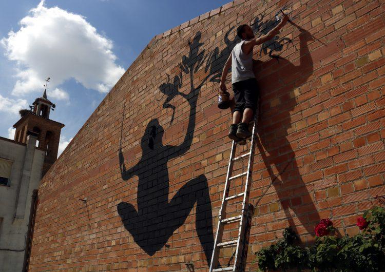 Penelles rep els primers artistes que pintaran una trentena de murals a les parets de diversos edificis del poble