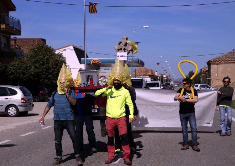 """'Processó' de Setmana Santa dels CDR a la C-13 a Térmens per denunciar els """"presos polítics"""""""