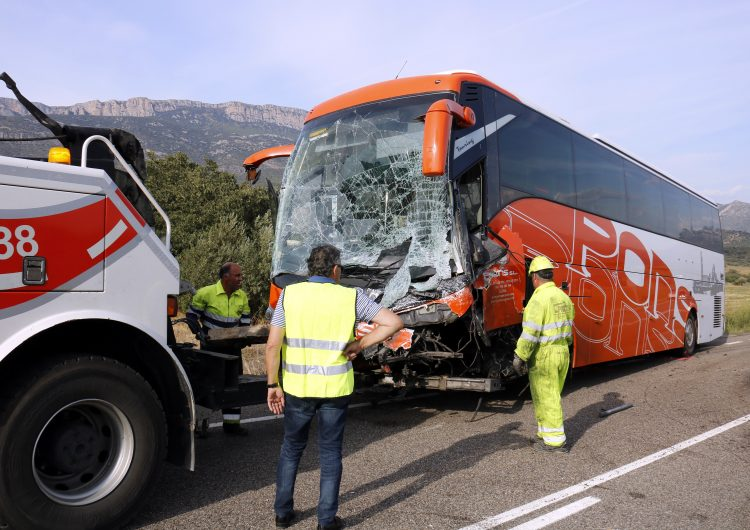 Mor el conductor d'una furgoneta que ha xocat contra un autocar sense passatgers a la C-12 a Àger