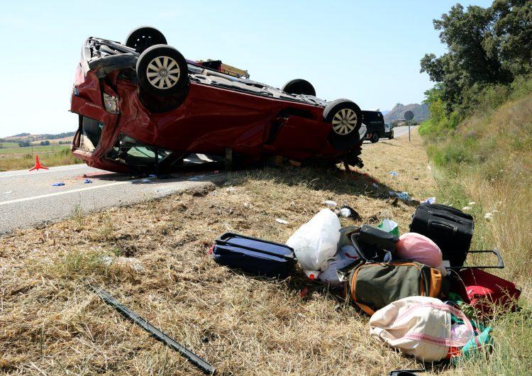 Un mort en sortir de la via i bolcar una furgoneta a la C-14 a Artesa de Segre