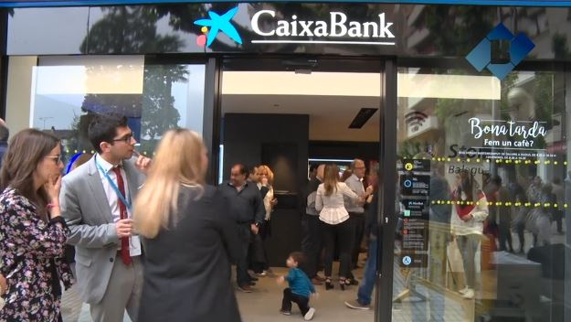 'CaixaBank' inaugura el nou model d'oficina a Balaguer amb els seus clients