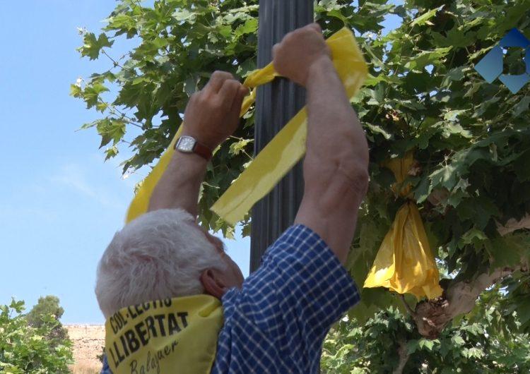 El Col·lectiu Llibertat penja llaços grocs per reclamar la llibertat dels líders independentistes empresonats i exiliats