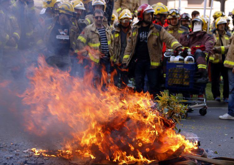Més de mig miler de bombers de tot Catalunya es manifesta a Lleida per denunciar falta d'efectius i material