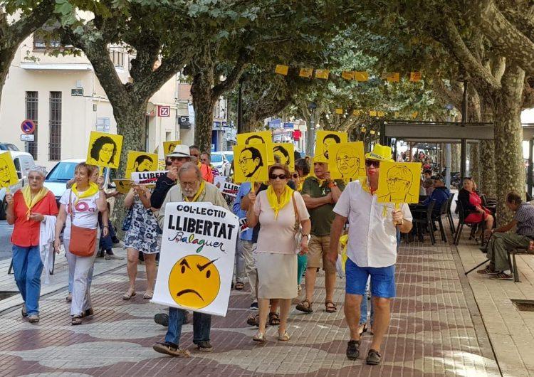 El Col·lectiu Llibertat fa una marxa sorollosa fins al pavelló Primer d'Octubre