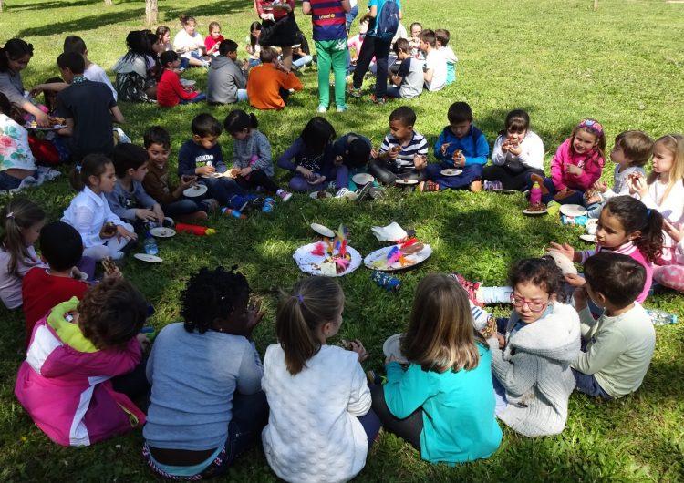 L'escola Mont-Roig acomiada el trimestre menjant la mona