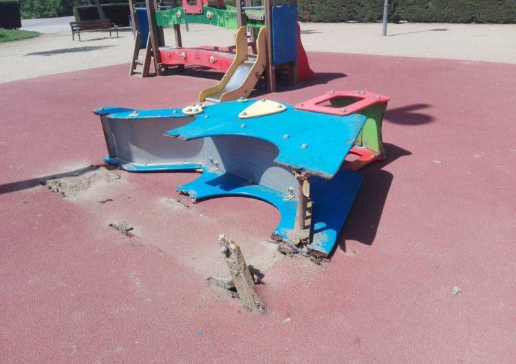 Denuncien desperfectes al parc infantil de l'escola Mont-roig