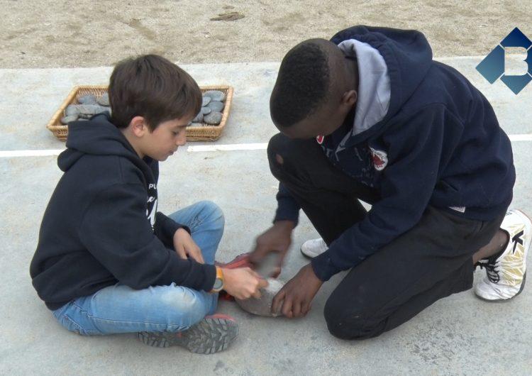 Alumnes de l'escola Mont-roig de Balaguer s'endinsen en la prehistòria