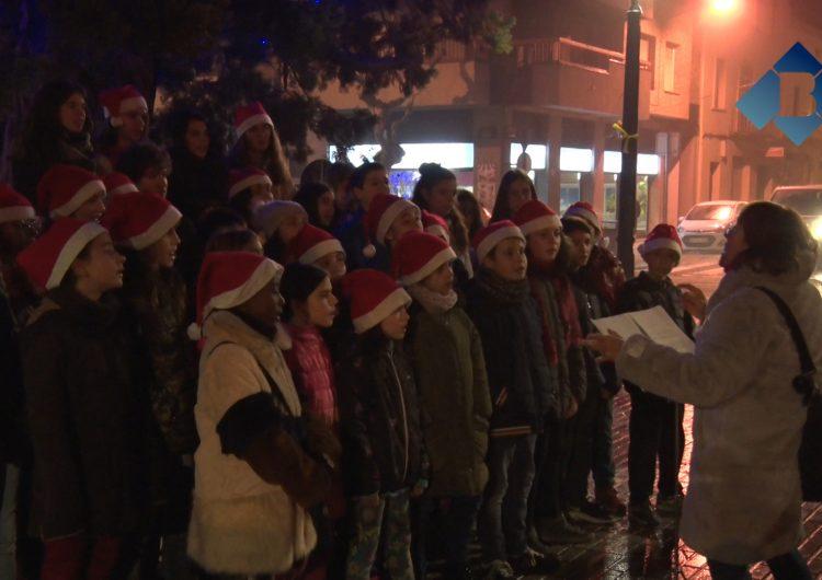 L'encesa de l'enllumenat i una cantada de nadales dona el tret de sortida a la campanya de Nadal